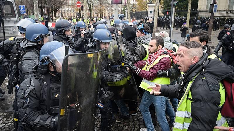 """Enfrentamientos entre los """"chalecos amarillos"""" y la policía en París"""