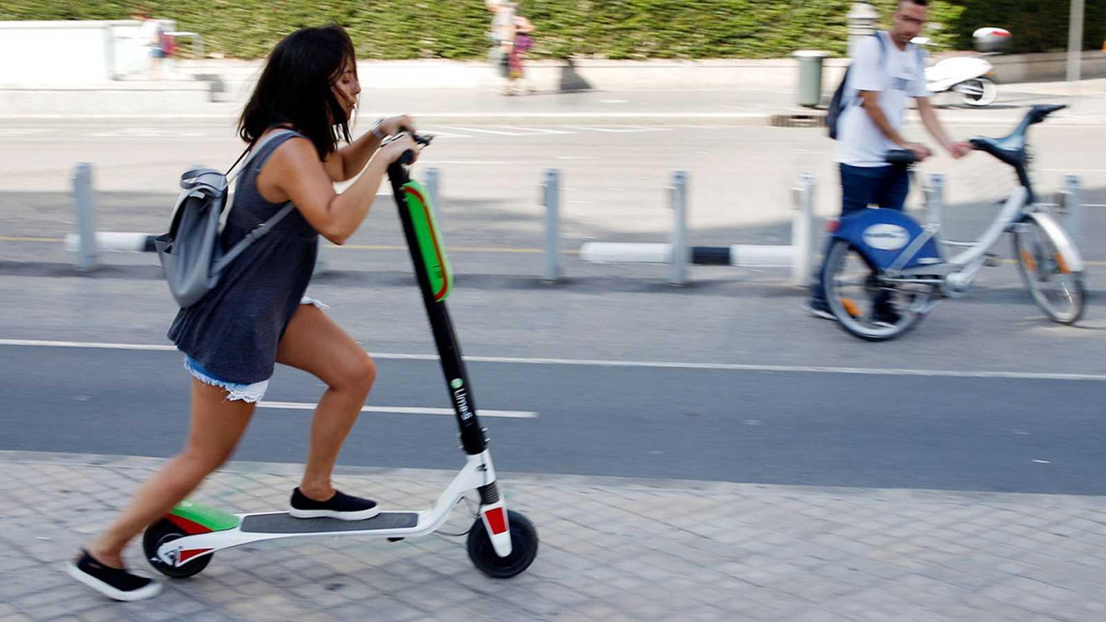 Tráfico estudia prohibir que los patinetes circulen por la acera y limitar su velocidad a 25 km/hora