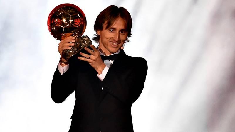 El croata del Real Madrid Luka Modric ganó este lunes el Balón de Oro 2018 y puso fin a una serie de diez títulos consecutivos conseguidos, a partes iguales, por el argentino del Barcelona Leo Messi y por el portugués Cristiano Ronaldo, que abandonó