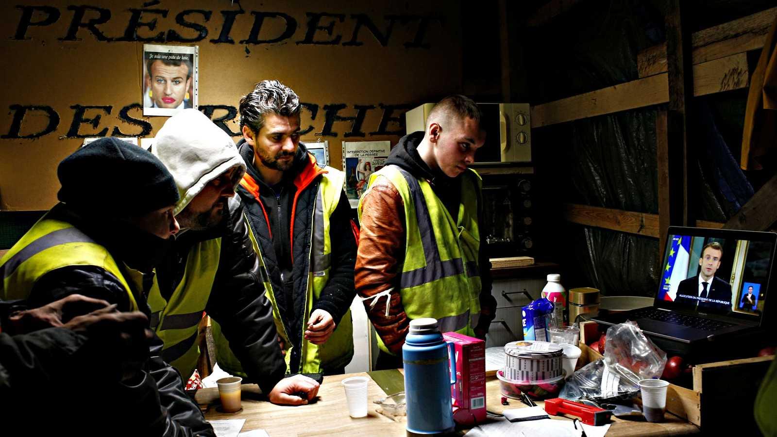 Macron anuncia una subida de cien euros del salario mínimo para intentar aplacar a los 'chalecos amarillos'