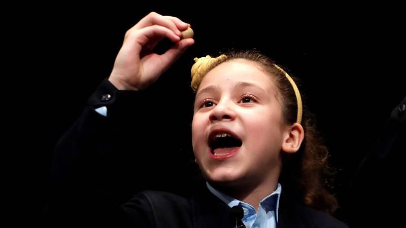 Las niñas de San Ildefonso Aya Ben Hamdouch y Carla García Villnueva han sido las encargadas de cantar el premio Gordo de la Lotería de Navidad 2018, que ha recaído en el número 03.347.El año pasado Aya Ben Hamdouch se llevó casi todos los titulares,