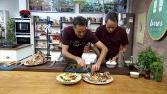Torres en la cocina - Capón relleno y tortas de recao