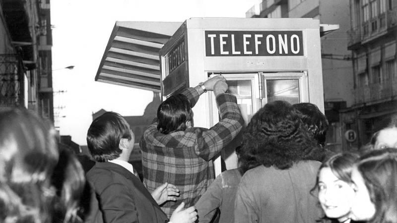 El Gobierno indulta, de momento, a las cabinas telefónicas