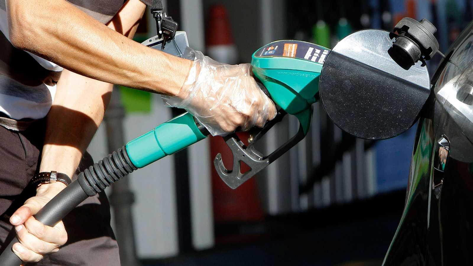 Los precios de los combustibles suben en enero, mientras bajan costes como el del gas natural