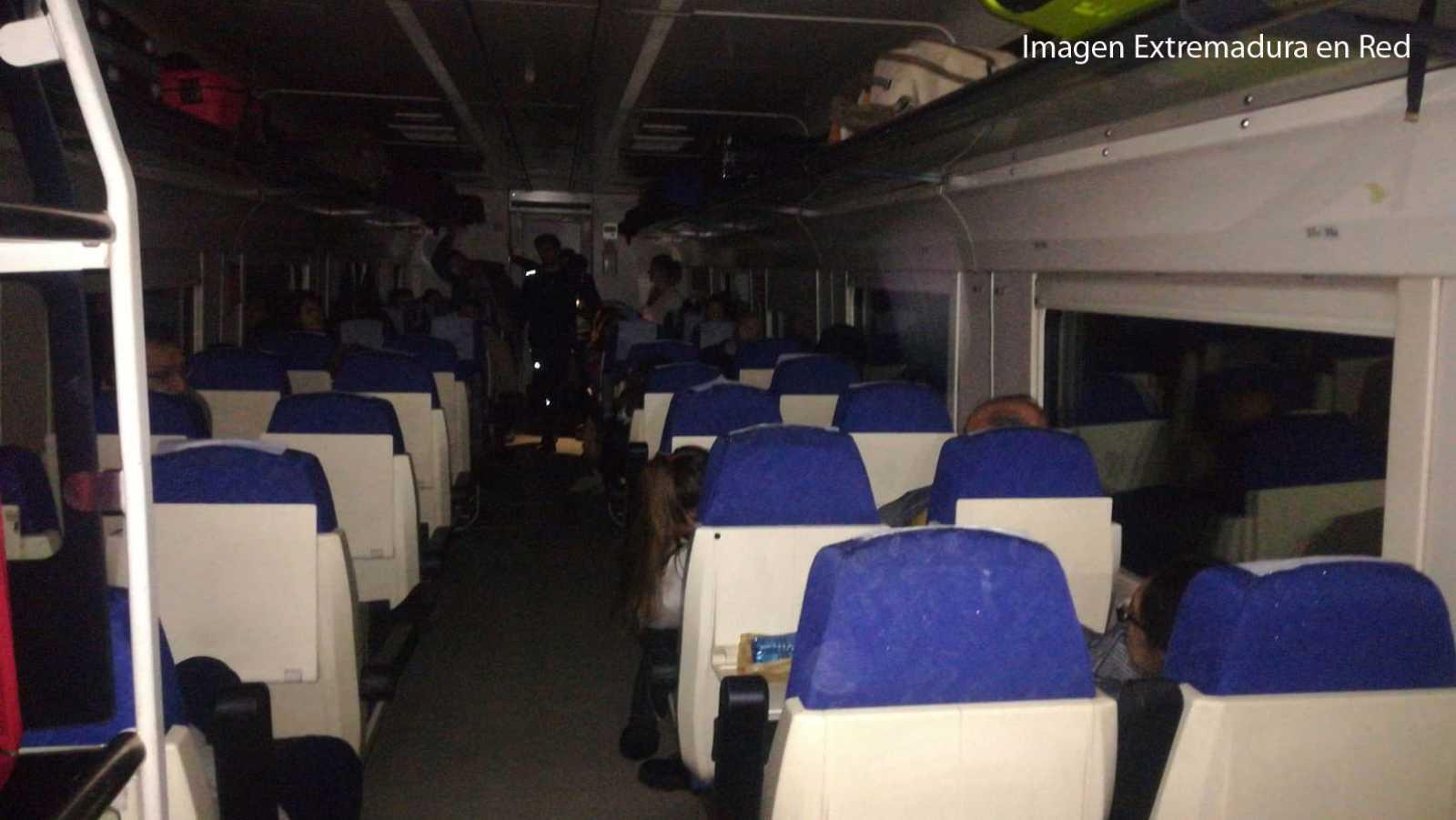 Un tren Bajadoz-Madrid deja a los pasajeros en mitad del campo durante horas, de noche y sin luz tras varias averías