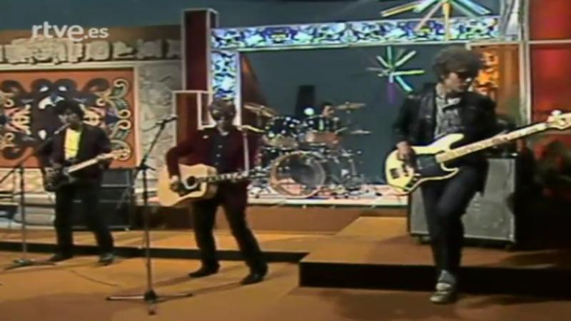 300 millones - Nacha Pop cantan 'La chica de ayer' (1980)