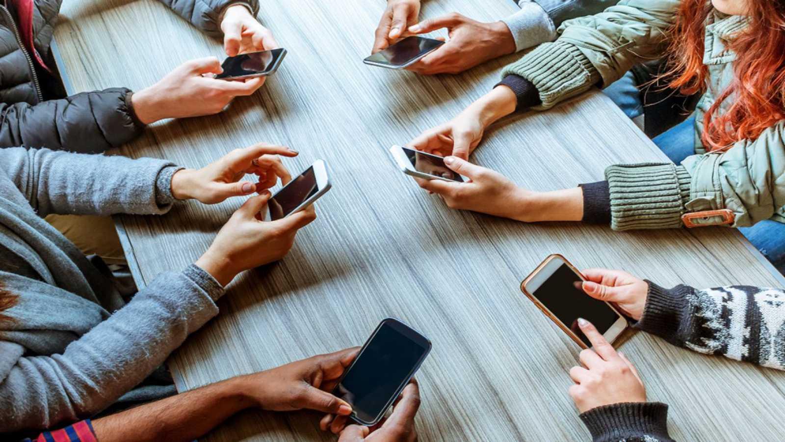 Un contrato entre padres e hijos para fomentar el uso responsable del móvil