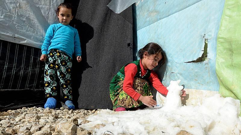 Los refugiados sirios que viven en campamentos en el Líbano sufren los rigores del invierno