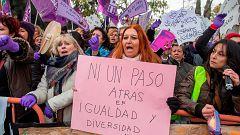 Concentración feminista contra las políticas de Vox frente al Parlamento de Andalucía