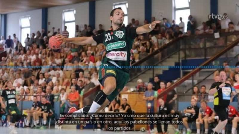 El extremo izquierdo del TSV Hannover analiza en RTVE.es las diferencias entre el balonmano teutón y el español.