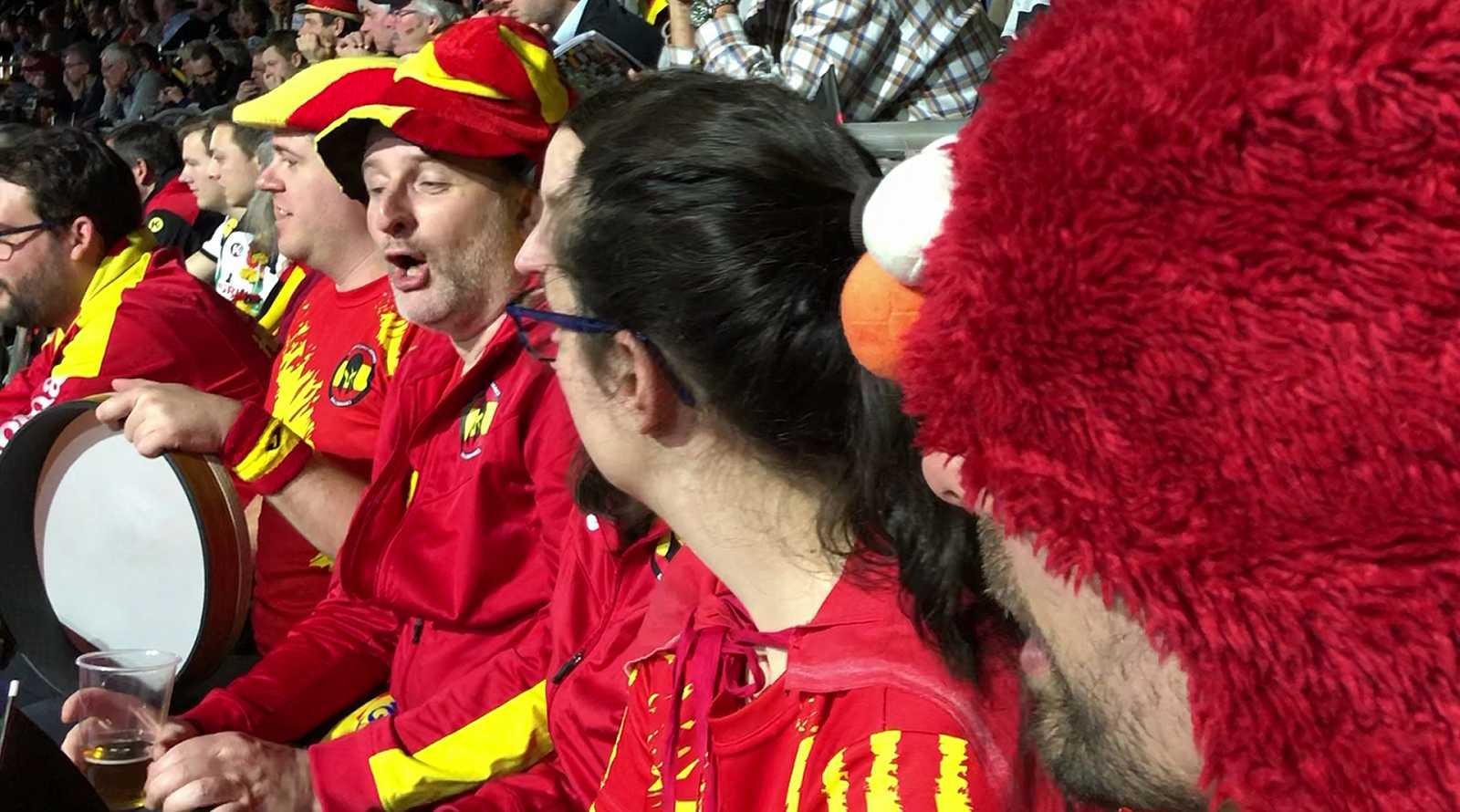 Poco más de una docena de aficionados venidos desde España desafían al frío alemán para animar, aún en minoría, a la selección española de balonmano en el Mundial de Balonmano de Alemania y Dinamarca 2019