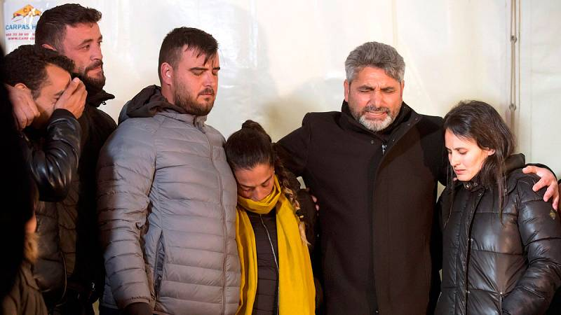 Vecinos y amigos de Totalán han acompañado a los padres de Julen, en la dura espera de la fase final del rescate. Con cánticos, los acompañantes transmitían sus ánimos a la familia del niño atrapado. Una vigília que concentró a unas 200 personas y qu