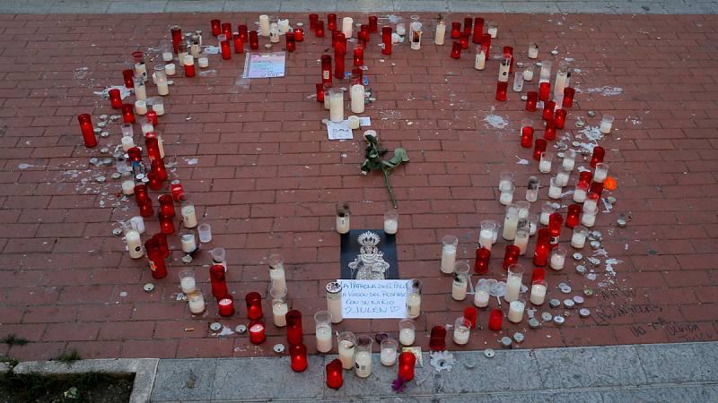 Decenas de vecinos del barrio de El Palo (Totalán, Málaga) han depositado velas y flores en memoria de Julen, el niño de dos años que cayó hace trece días a un pozo, y que ha sido hallado sin vida este sábado.