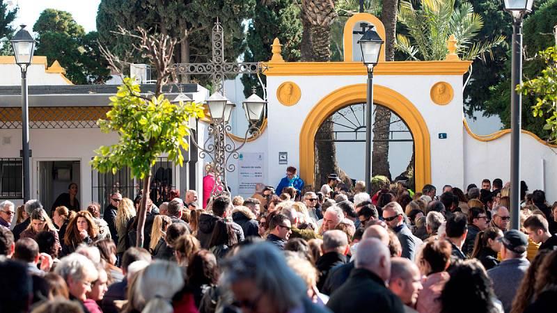 Cientos de personas acompañan en el entierro a la familia del pequeño Julen