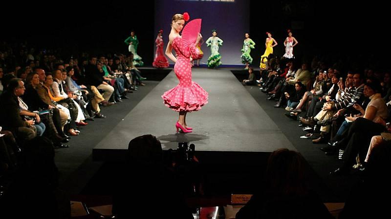 El diseñador Pedro Béjar se ha subido por quinta vez al Salón Internacional de la Moda Flamenca (SIMOF) y ha presentado su colección 'A' compuesta por 28 trajes. La moda flamenca está en su mejor momento con ventas de más de 600 millones de euros.