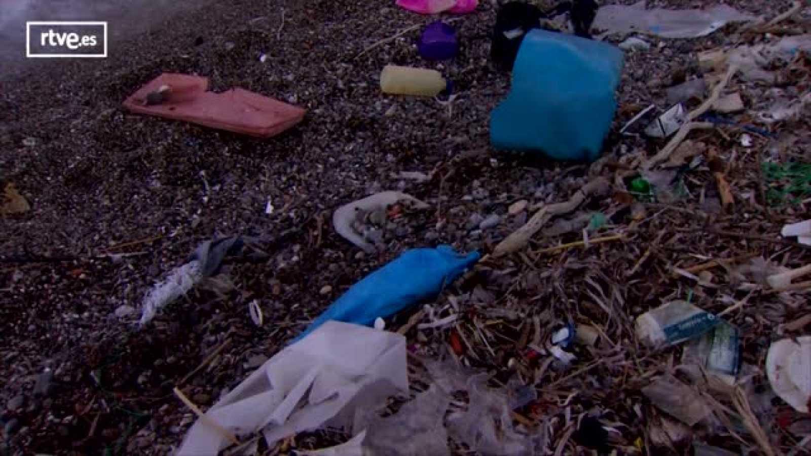 El equipo de 'En Portada' aborda el vertido de plásticos en la isla griega de Poros