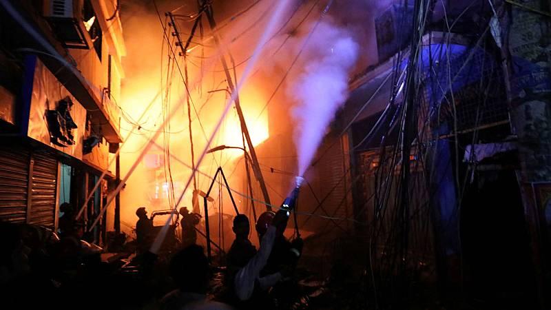 Un incendio masivo en un barrio de Bangladesh causa al menos 67 muertos