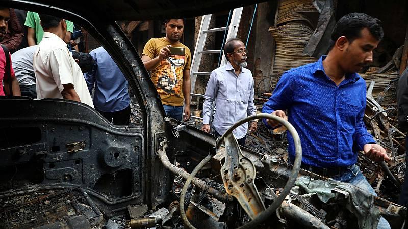 Un incendio masivo en Bangladesh deja al menos 80 muertos