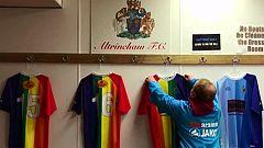 El Atrincham FC hace viral su camiseta en favor del colectivo LGTBI