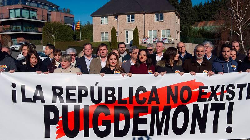 """Arrimadas despliega una pancarta en casa de Puigdemont en Waterloo con el mensaje """"La república no existe"""" - Ver ahora"""