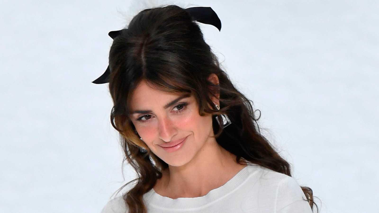 Uan emocionada Penélope Cruz dice adiós a Lagerfeld desfilando para Chanel