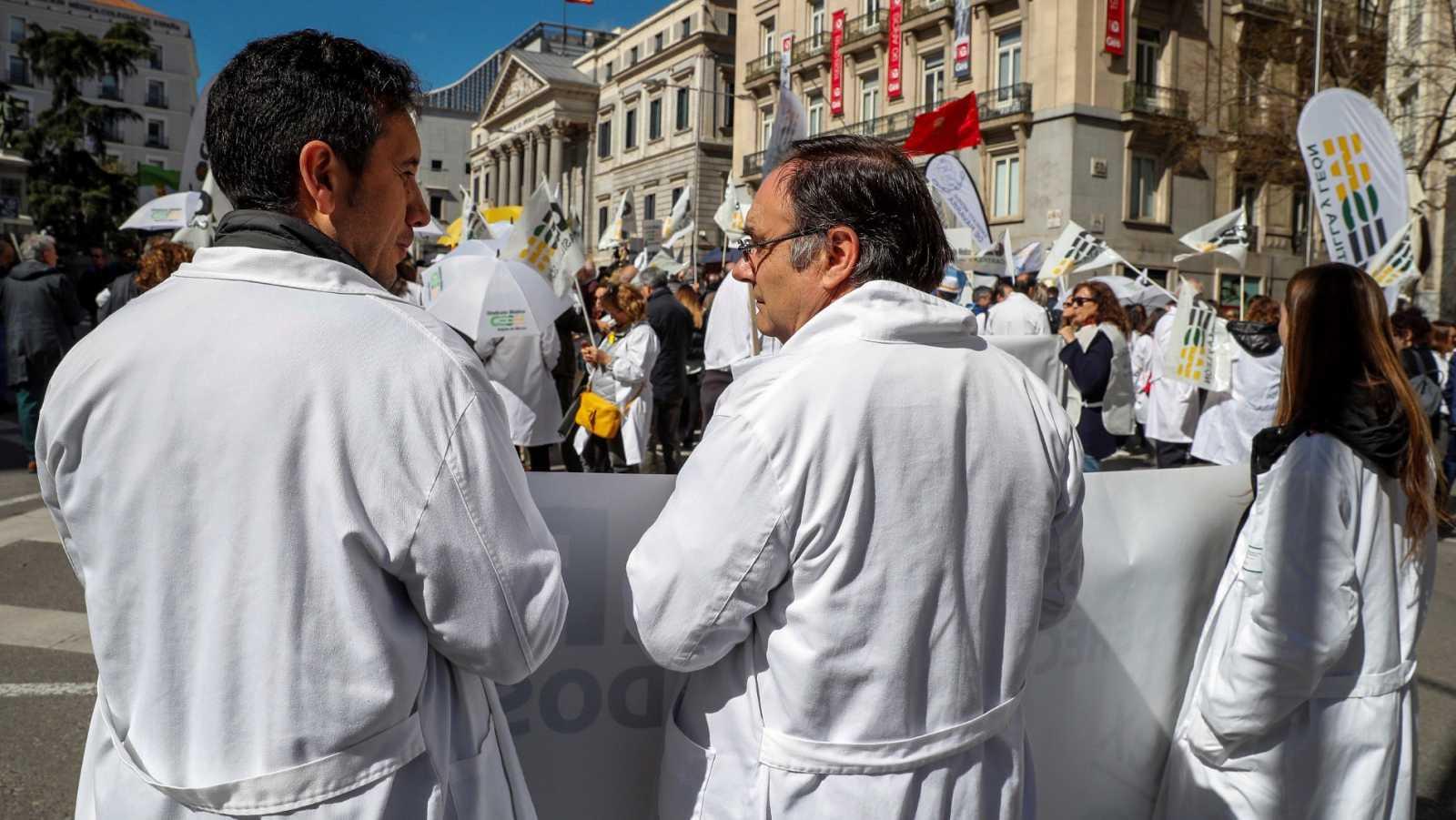 """Los médicos toman las calles por la """"dignificación"""" de la atención primaria"""