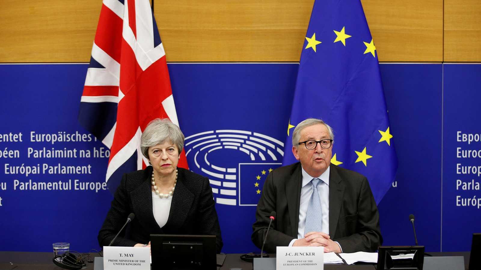 """May y Juncker anuncian """"cambios legales"""" en el acuerdo del 'Brexit' horas antes de la votación en el Parlamento"""