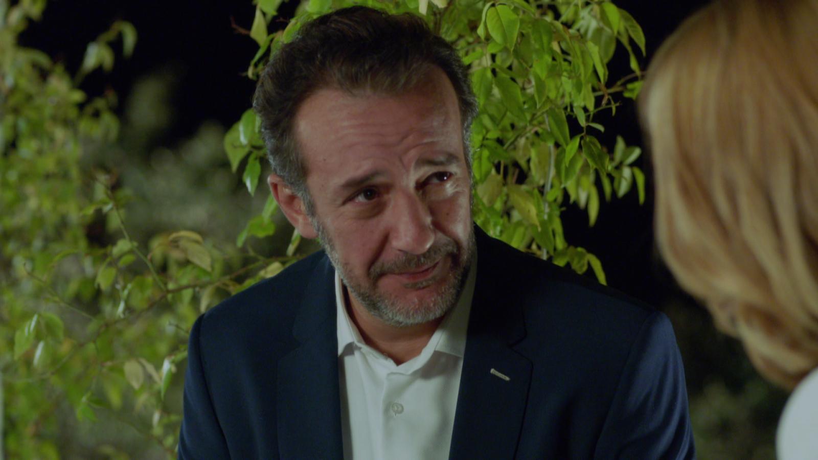 Hospital Valle Norte - Héctor le dice a Paula que se va a África