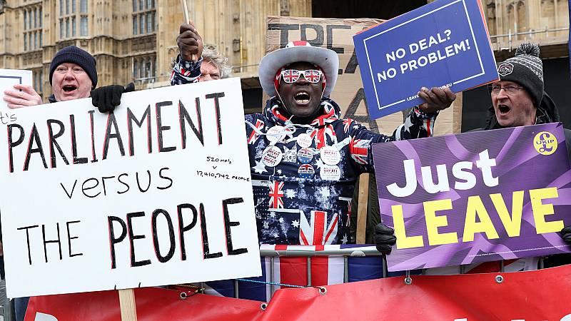 El Parlamento británico decide si rechaza un 'Brexit' duro tras la derrota del acuerdo de May