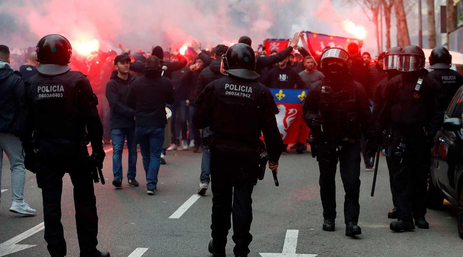 La previa del partido entre el Barcelona y el Lyon en el Camp Nou se saldó con seis aficionados del equipo francés y uno del Barcelona detenidos.