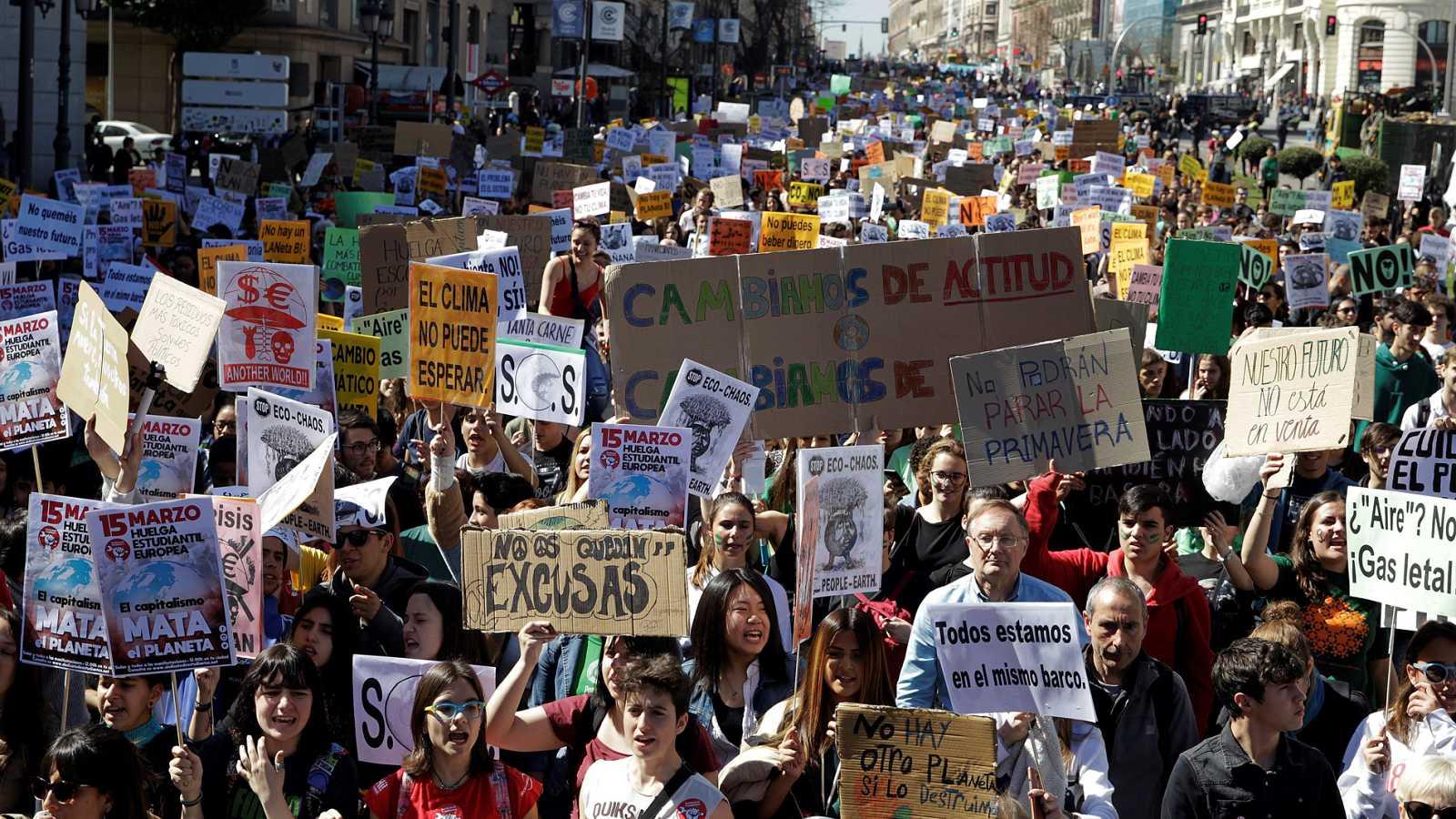 Miles de estudiantes se manifiestan contra el cambio climático