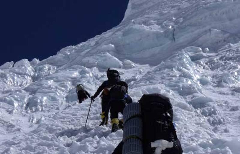 Edurne Pasabán ha coronado, junto al equipo de 'Al filo de lo imposible', su 12º 'ochomil' al llegar a la cima del Kangchenjunga.