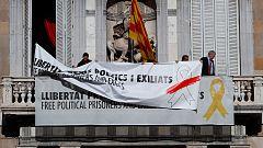Torra tapa la pancarta del lazo amarillo con otra que reivindica la libertad de expresión