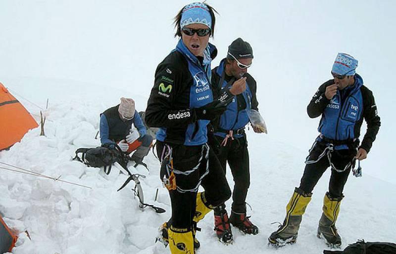 Edurne Pasabán y el equipo de 'Al filo de lo imposible' han iniciado el descenso del Kangchenjunga. La montañera vasca ha alcanzado su duodécimo 'ochomil'.