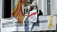 Torra retira las pancartas con el lazo blanco y amarillo de la fachada del Palau de la Generalitat