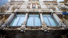 La Generalitat acata la orden de la Junta Electoral y retira los lazos