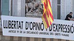 Torra cuelga otra pancarta por la libertad de expresión en la fachada de la Generalitat