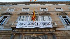 Torra retira los símbolos independentistas y cuelga otra pancarta por la libertad de expresión
