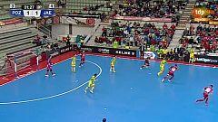 Carlitos roba el balón al portero jugador y marca desde su campo (1-2)