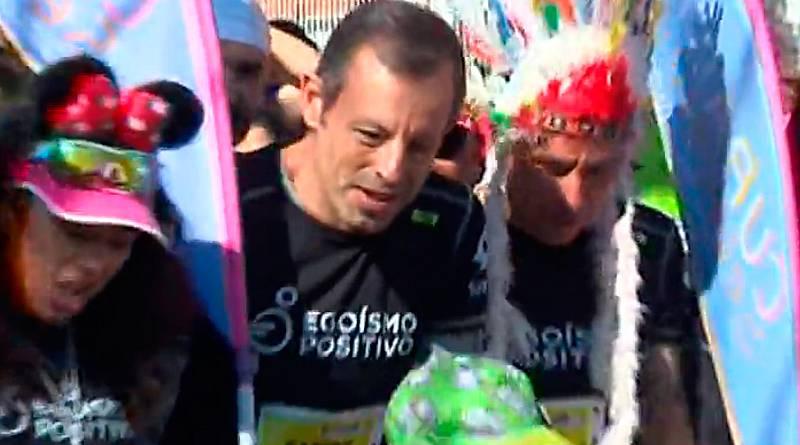 El expresidente del Barcelona Sandro Rosell ha participado en una carrera solidaria en su primer acto público desde que salió de la cárcel. Lo ha hecho junto a los presos de Can Brians 2 y ayudando a un niño con discapacidad. Rosell verá como este lu