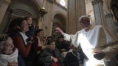 Polémico besamanos: El papa evita que los feligreses le besen el anillo