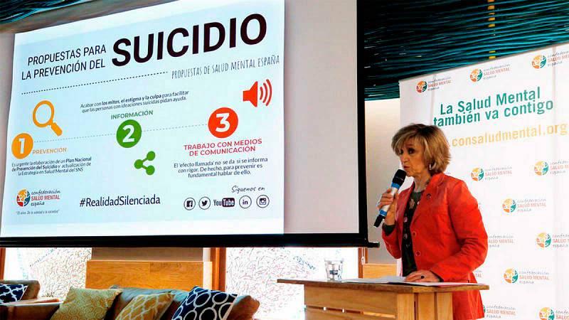 La ministra de Sanidad, Consumo y Bienestar Social, María Luisa Carcedo, ha anunciado este miércoles que su departamento pondrá en marcha un teléfono público y gratuito para prevenir el suicidio del mismo tipo que el 016 que atiende a las víctimas de