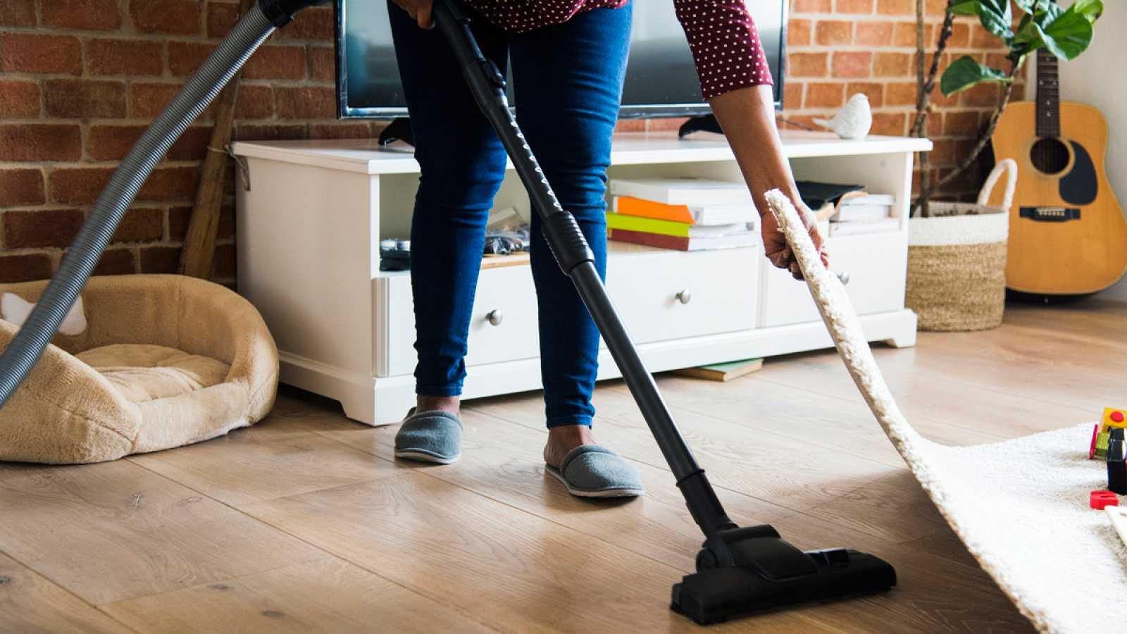 Limpian las casas, cuidan a niños, a mayores y a enfermos y muchas veces hacen posible la conciliación, pero si se quedan sin trabajo no tienen derecho a paro. En España hay más de 600.000 empleadas del hogar y una de cada tres no tiene contrato. Est