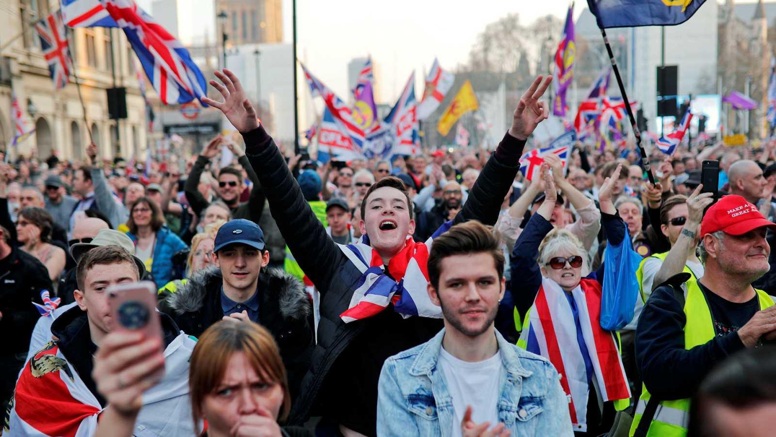 """Miles de personas se manifiestan en Londres en defensa del 'Brexit' y contra la """"traición"""" de Westminster"""