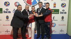 La entrega de medalla de kumite +68 kg., con Laura Palacio, emocionadísima, en lo más alto del cajón