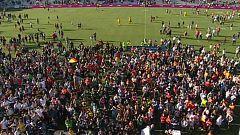 Las jugadoras alzan la copa ante el delirio de 9.000 espectadores