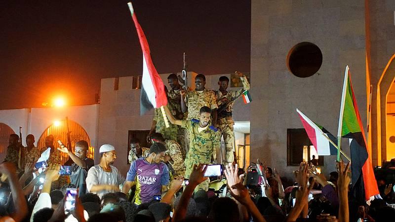 Dimite el líder de la junta militar 24 horas después de jurar su cargo y entrega el poder al general Abdelfatah al Burhan