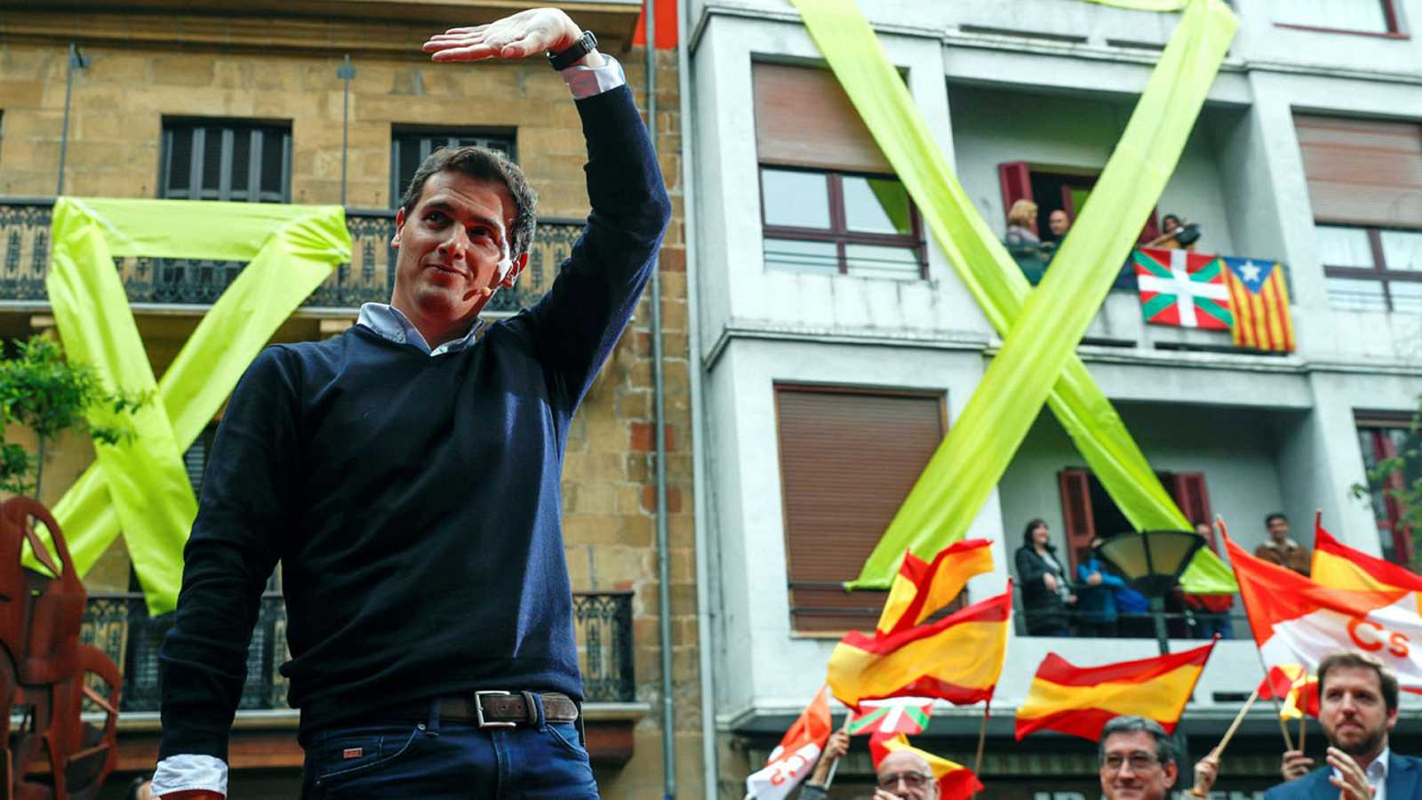 """Rivera defiende la """"libertad"""" entre insultos, gritos y símbolos independentistas en Rentería"""