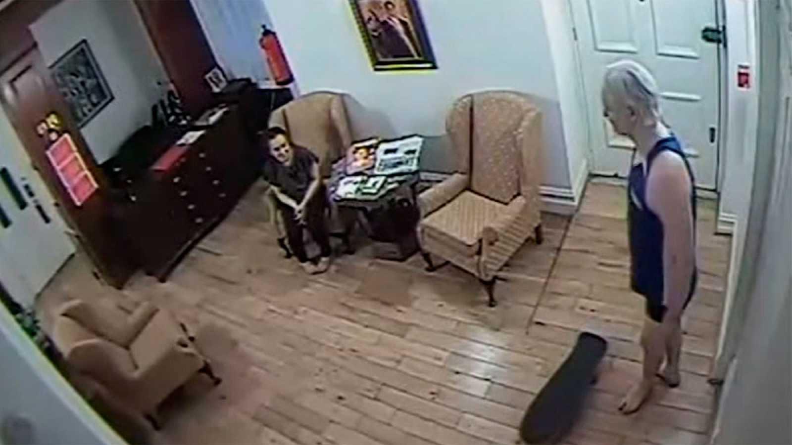 La vida de Assange en la embajada de Ecuador, con fricciones con los trabajadores diplomáticos