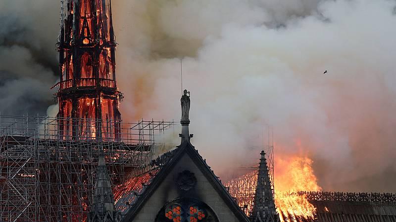 Así cayó la aguja de Notre Dame de París